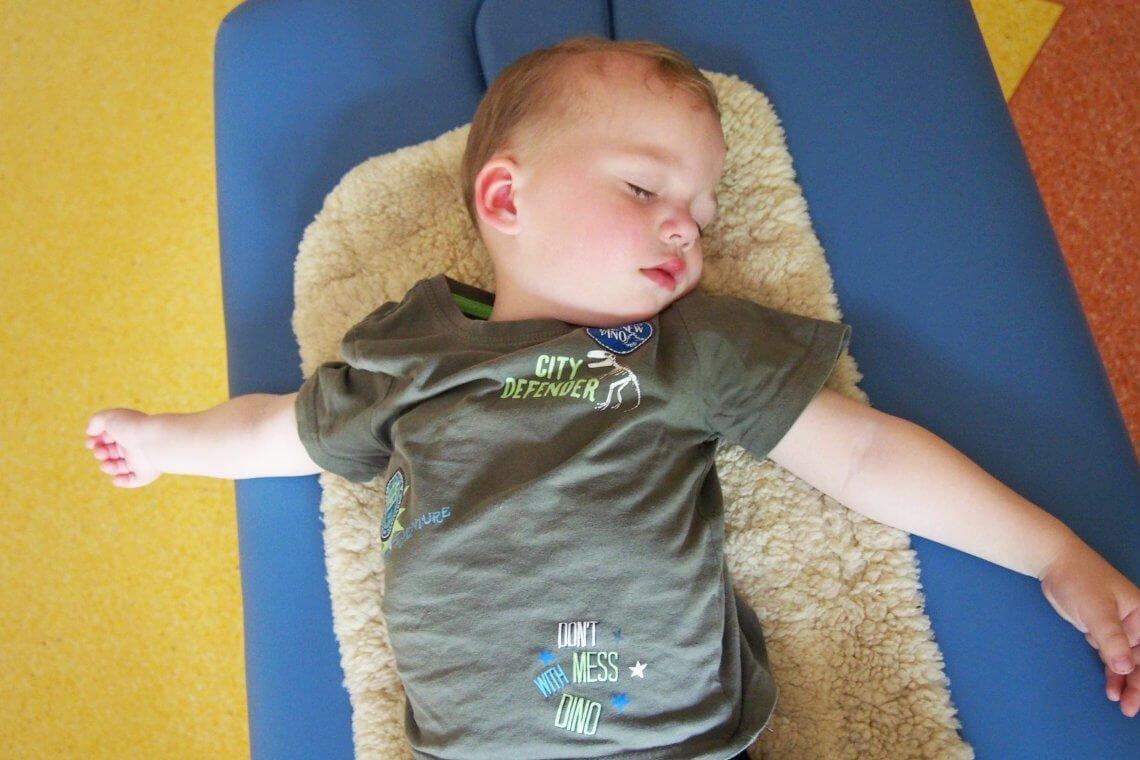 śpiący chłopiec poterapii
